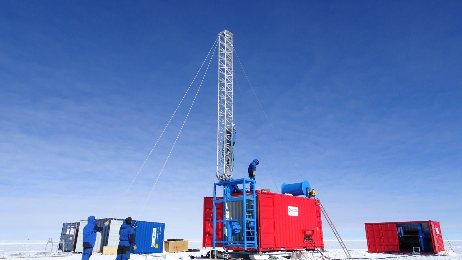 Installation de surface pour la manipulation de la sonde Subglacior sur la base antarctique Concordia. Au ...