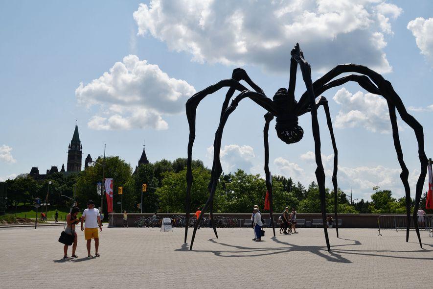 La gigantesque araignée créée par Louise Bourgeois accueille les visiteurs au musée des Beaux-Arts.