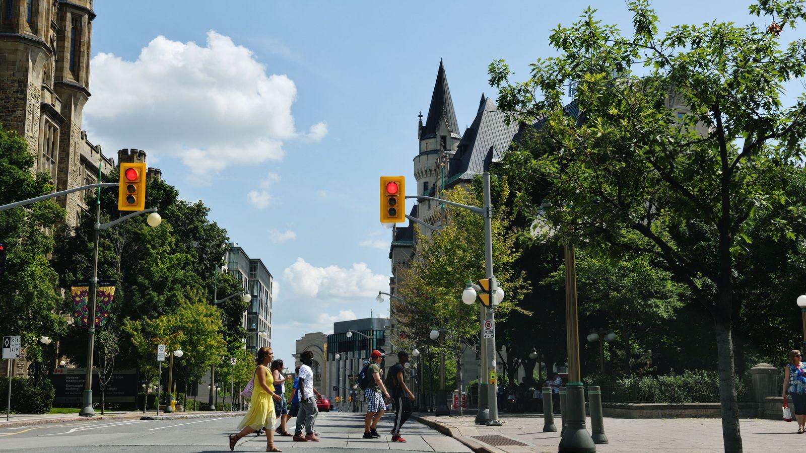 À l'approche de la rue Rideau, la ville dévoile ses deux facettes, d'un côté le patrimoine, ...