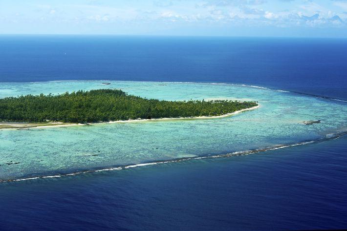 Vue aérienne d'une partie de l'atoll de Tetiaroa. Le motu d'Onetahi abrite le resort The Brando, ...