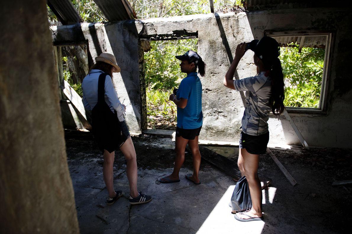 À Rimatuu,  Aeata Riched fait visiter les restes du village où Marlon Brando avait sa ...