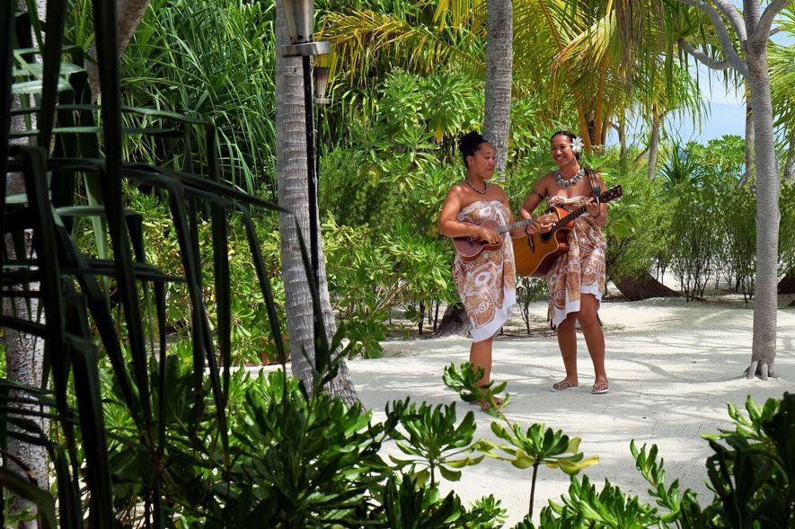 Au restaurant de l'archipel de Tetiaora, les repas se prennent au son de la musique jouée ...