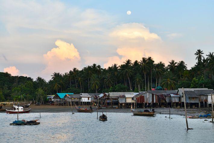 À Koh Yao Yai, les maisons sur pilotis sont légion. Dans les terres, elles permettent de ...