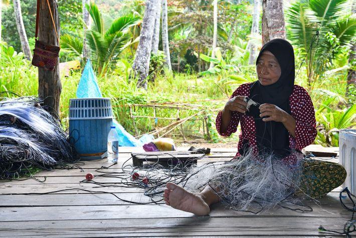 La majeure partie des activités tourne autour de la pêche. Dans un atelier mis à disposition ...