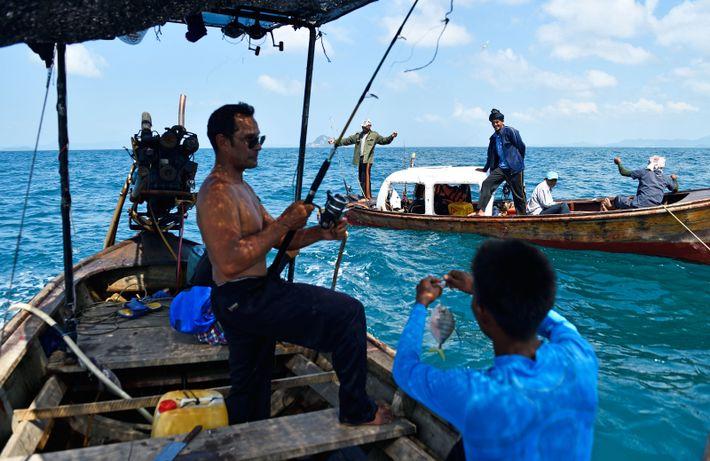 Avec Charoon et Wot, nous croisons d'autres pêcheurs, qui se sont aménagé une cabine dans une ...