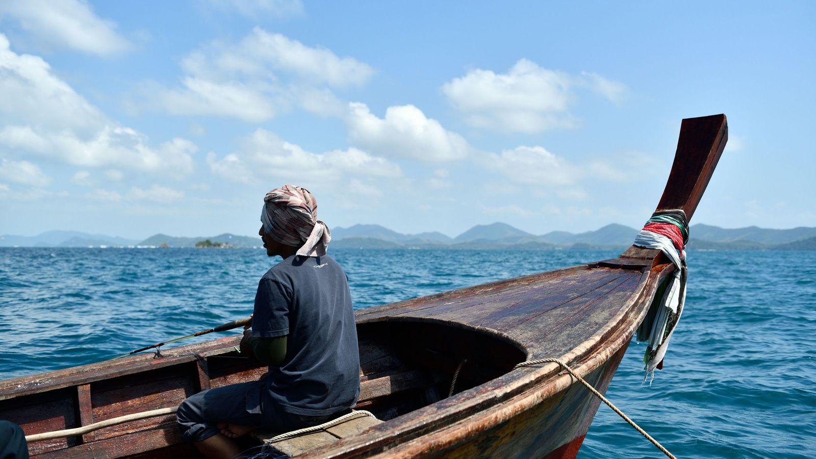 Journée de pêche à bord d'une pirogue traditionnelle. Aujourd'hui, la mer est trop agitée pour jeter ...