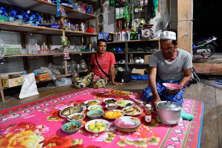 Dîner typique à Koh Yao Yai. Charoon a disposé sur une natte différents plats à partager, ...