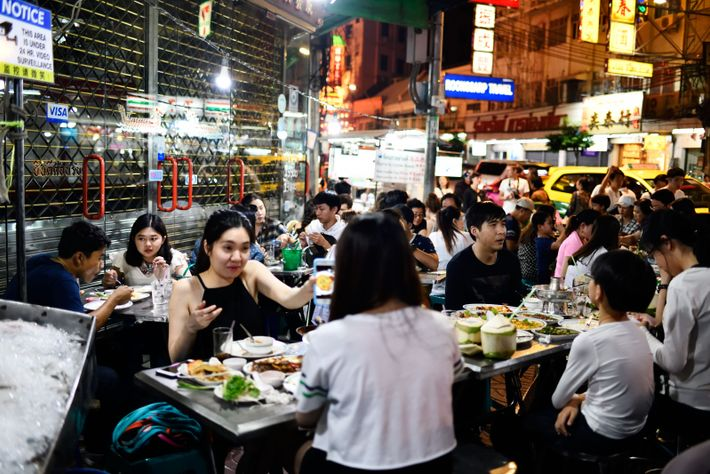 En fin de journée, les trottoirs de Chinatown se couvrent de tables métalliques où l'on vient ...