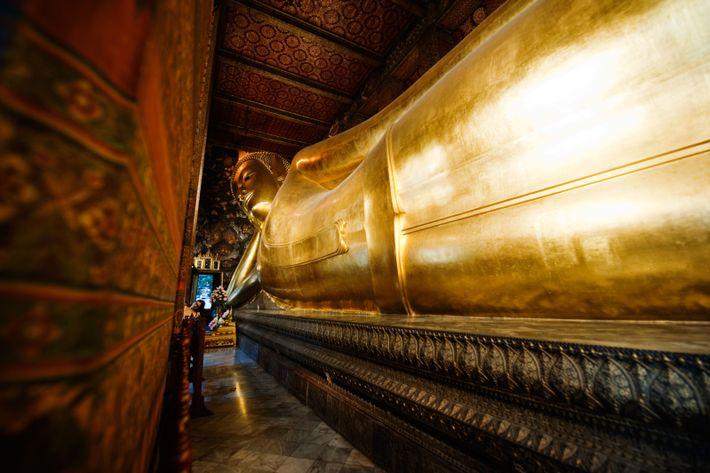 Pause spirituelle au Wat Pho, le plus ancien temple de la ville. Je me laisse envelopper ...