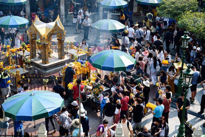 Avant d'aller faire du shopping dans les malls du quartier de Siam, les Thaïlandais s'arrêtent au ...