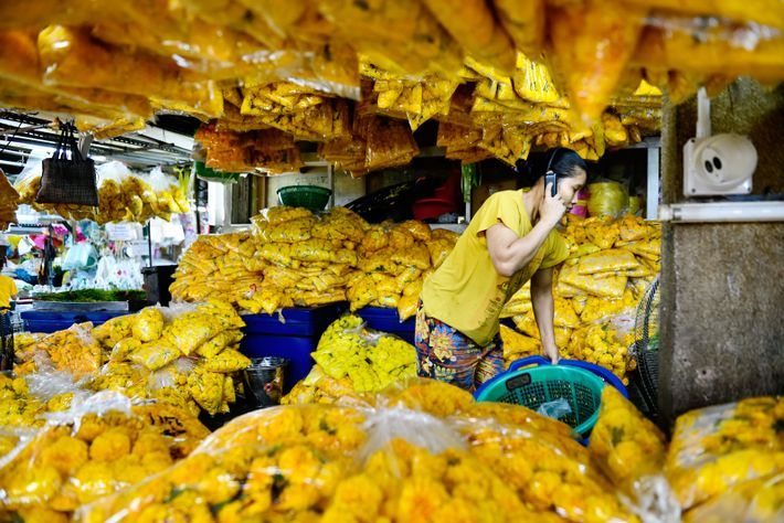 Le grand marché aux fleurs fraîches du quartier de Phra Nakon, près de Chinatown. Ouvert 24 ...