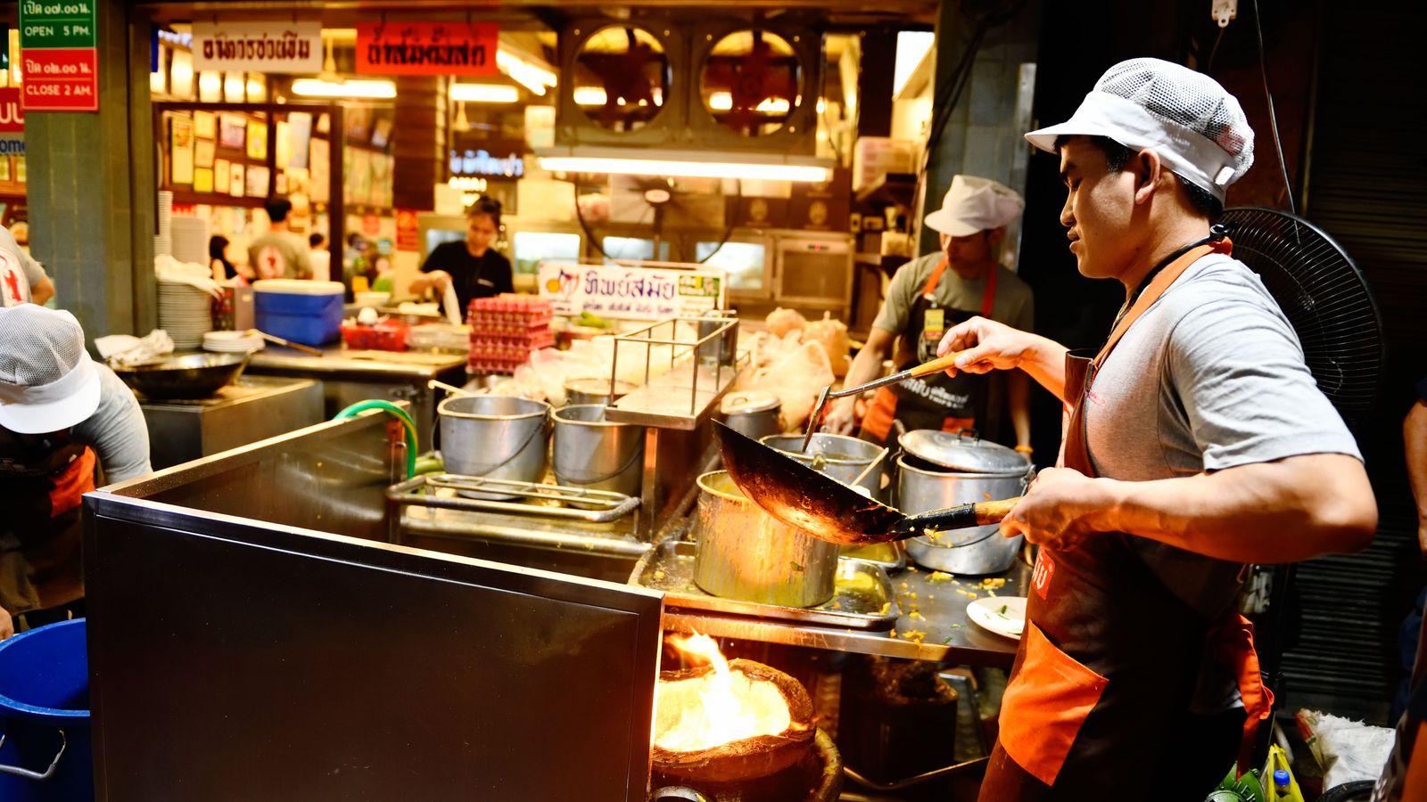Au Thipsamai, les cuisines donnent sur la rue. Je ne résiste pas aux arômes du pad ...