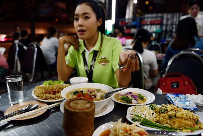 Notre guide, Chanya, de Bangkokfoodtours.com, nous fait goûter à de nombreuses spécialités locales.
