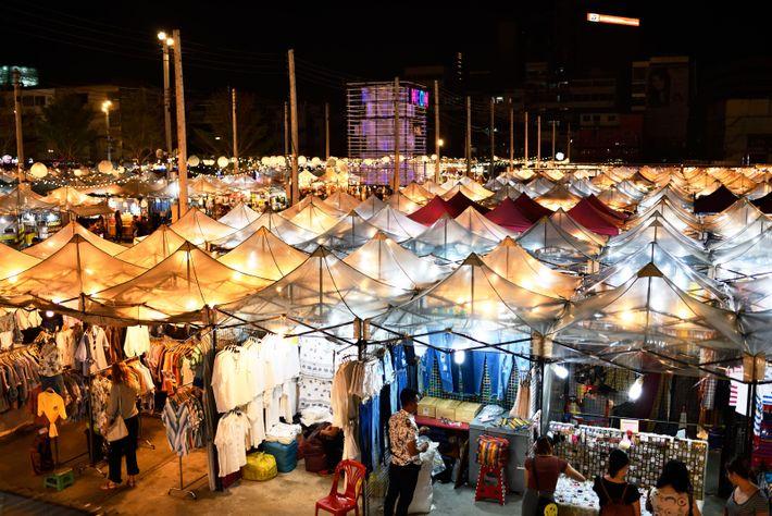 Les marchés nocturnes sont une tradition à Bangkok. Dernier né, le Talad Neon a ouvert fin ...