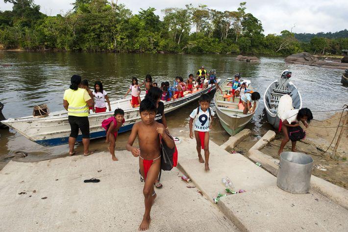 Pour se rendre à l'école, à Taluen, les enfants des villages alentour n'ont qu'un moyen de ...