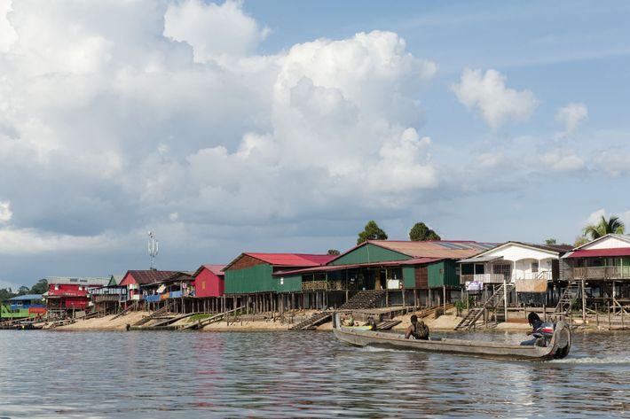 À Maripa-Soula, il suffit de traverser le Maroni pour aller faire ses courses «chez le Chinois». ...