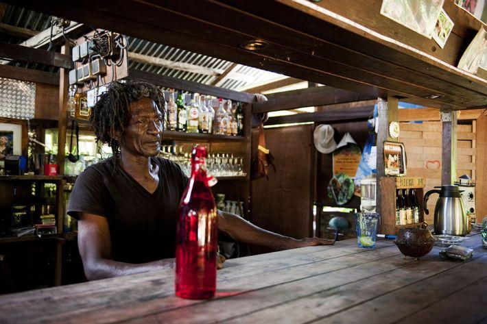 """Lucien (dit """"lulu"""") au comptoir de son bar, dans le gîte qu'il tient depuis trente ans ..."""