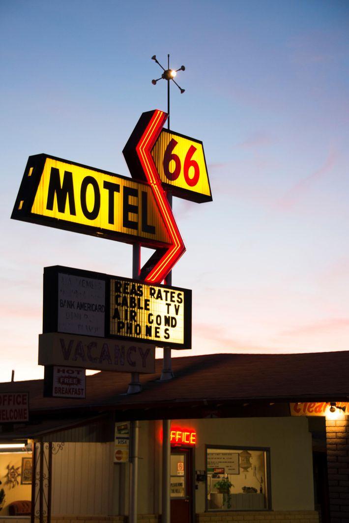 Pas de route 66 sans motels, qui rivalisent de néons pour attirer le voyageur fatigué. « ...