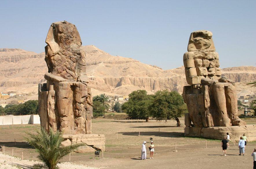 Les colosses de Memnon sont les vestiges les plus spectaculaires du temple funéraire édifié par Amenhotep ...