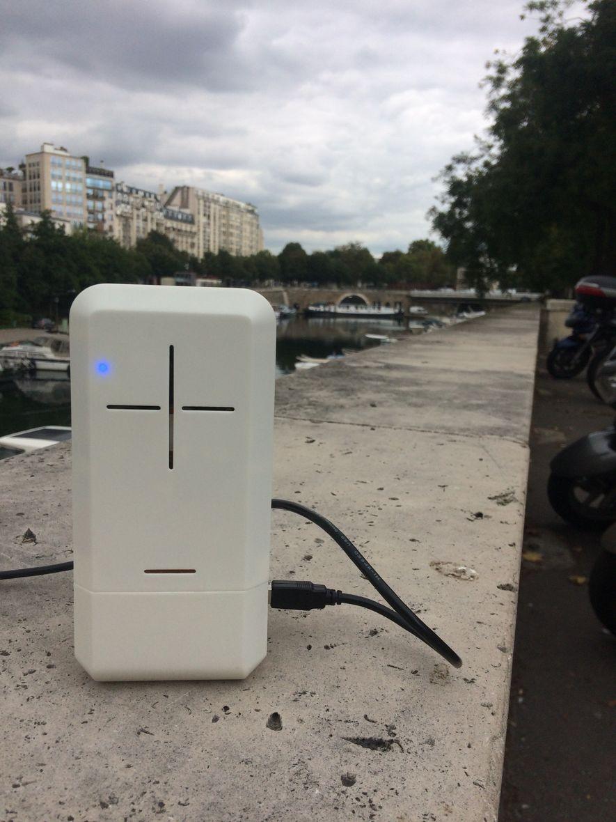 La micro-station de mesure de qualité de l'air Ecomzen, installée à Paris