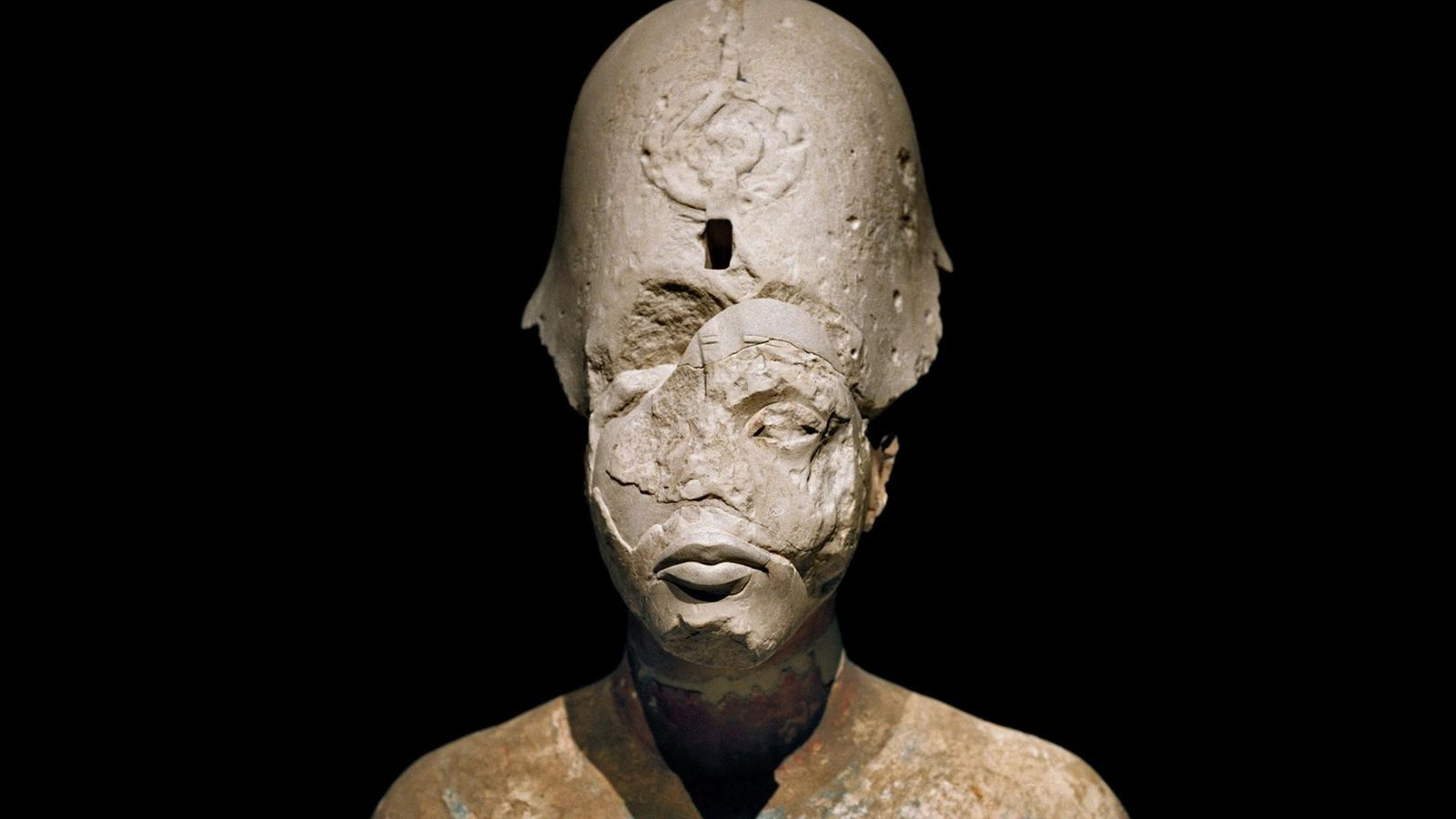 Exposé dans le Neues Museum, à Berlin, le buste d'Akhenaton porte les stigmates de l'art moderne ...