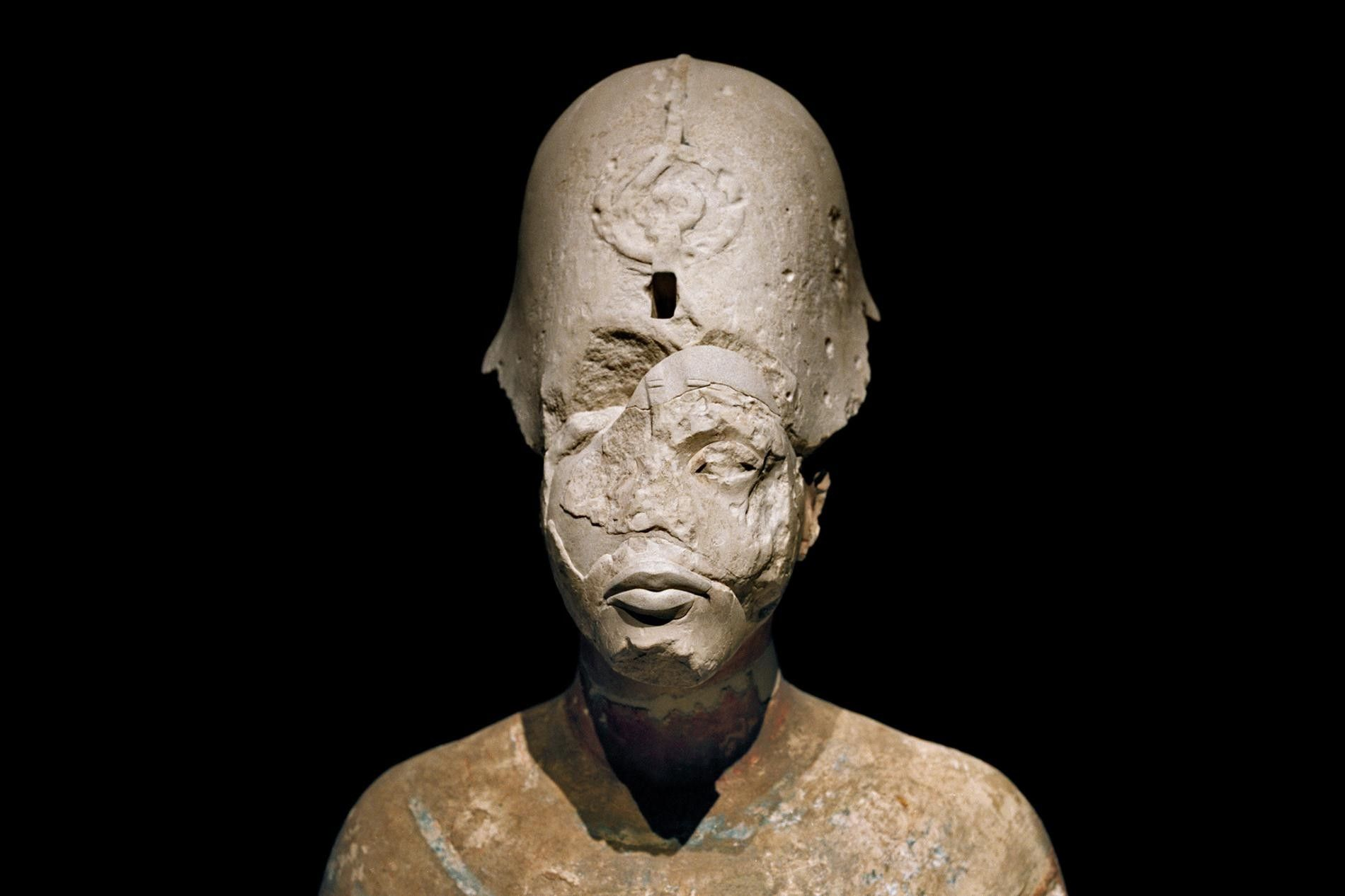 Exposé dans le Neues Museum, à Berlin, le buste d'Akhenaton porte les stigmates de l'art moderne et de l'art ancien.