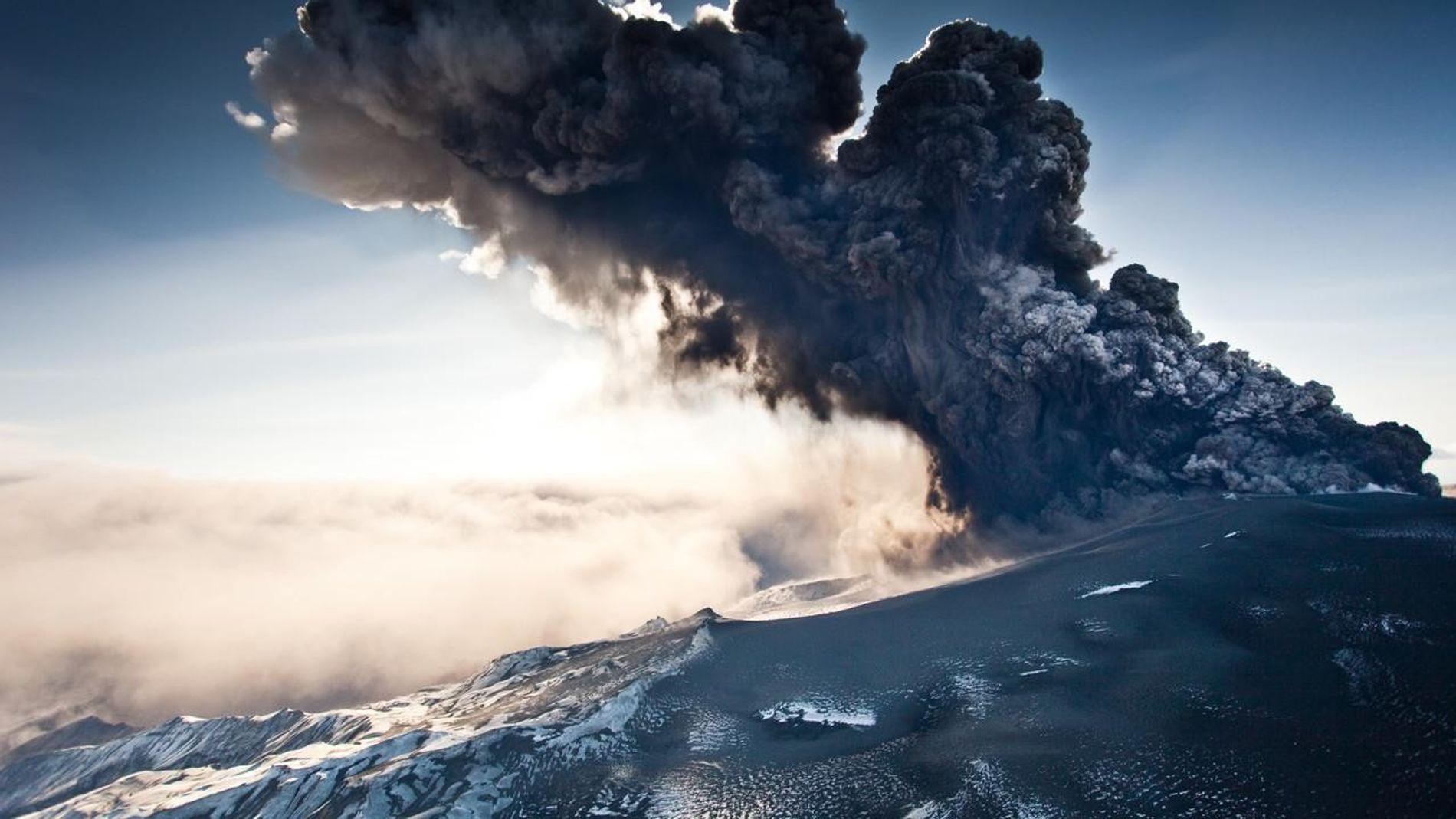 L'éruption dévastatrice du volcan islandais Eyjafjallajokull à la mi-avril a provoqué une perturbation massive du ciel au-dessus de l'Europe, en fermant l'espace aérien européen et en bloquant des centaines de milliers de passagers aériens dans le monde.