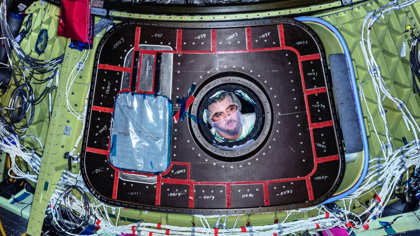 Un technicien installe des composants sur le CST-100 Starliner. Fabriquée par Boeing, cette nouvelle capsule pourrait ...