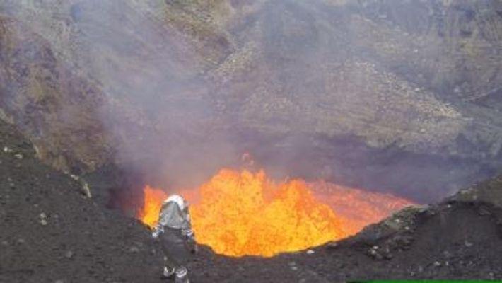 Des explorateurs survolent un volcan avec des drones