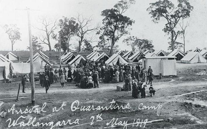 La grippe espagnole n'a atteint l'Australie qu'en 1919. Des camps de quarantaine comme celui-ci, à Wallangarra, ...
