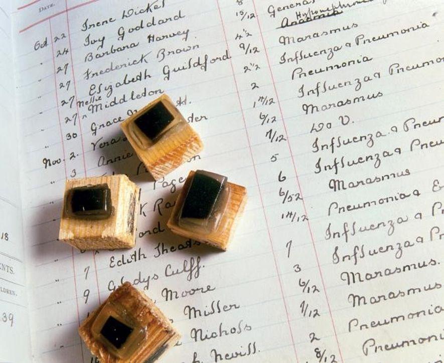 Les biologistes de l'hôpital de St. Bartholomew à Londres analysent les tissus cérébraux et pulmonaires des victimes de la pandémie de 1918 dans le cadre des efforts mondiaux pour mieux appréhender le virus. Ici, une liste de noms d'enfants qui ont été victimes de la grippe en 1918.