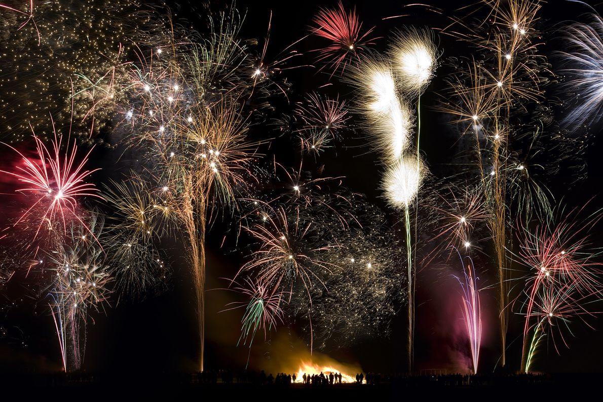 Des feux d'artifice et feux de joie illuminent le ciel du village de Slingsby, dans le ...
