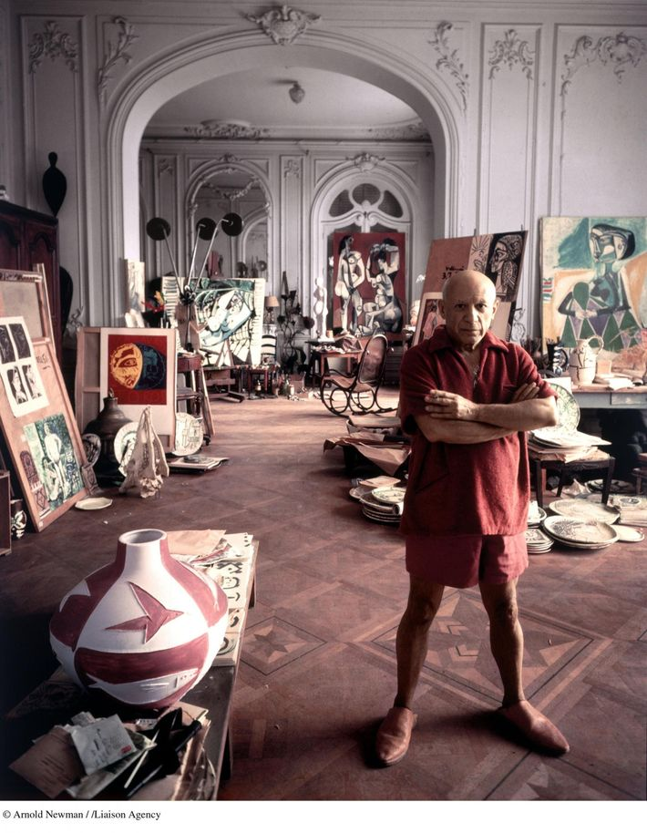 """Pablo Picasso dans sa villa """"La Californie"""" à Cannes en 1956."""