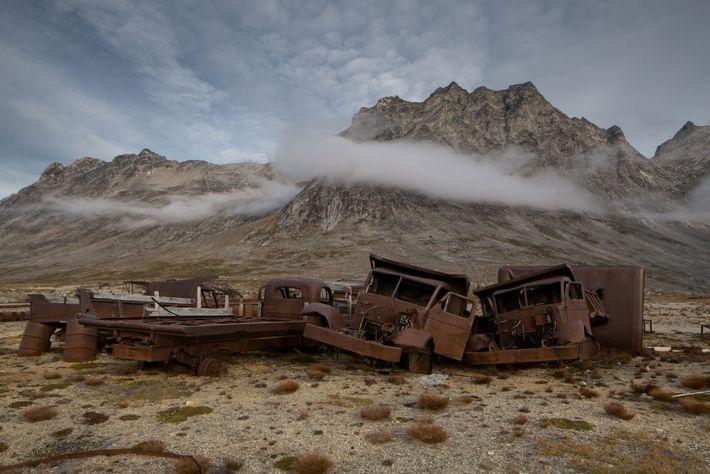 Les véhicules militaires figurent parmi les nombreux débris laissés à l'abandon par l'armée américaine sur la ...