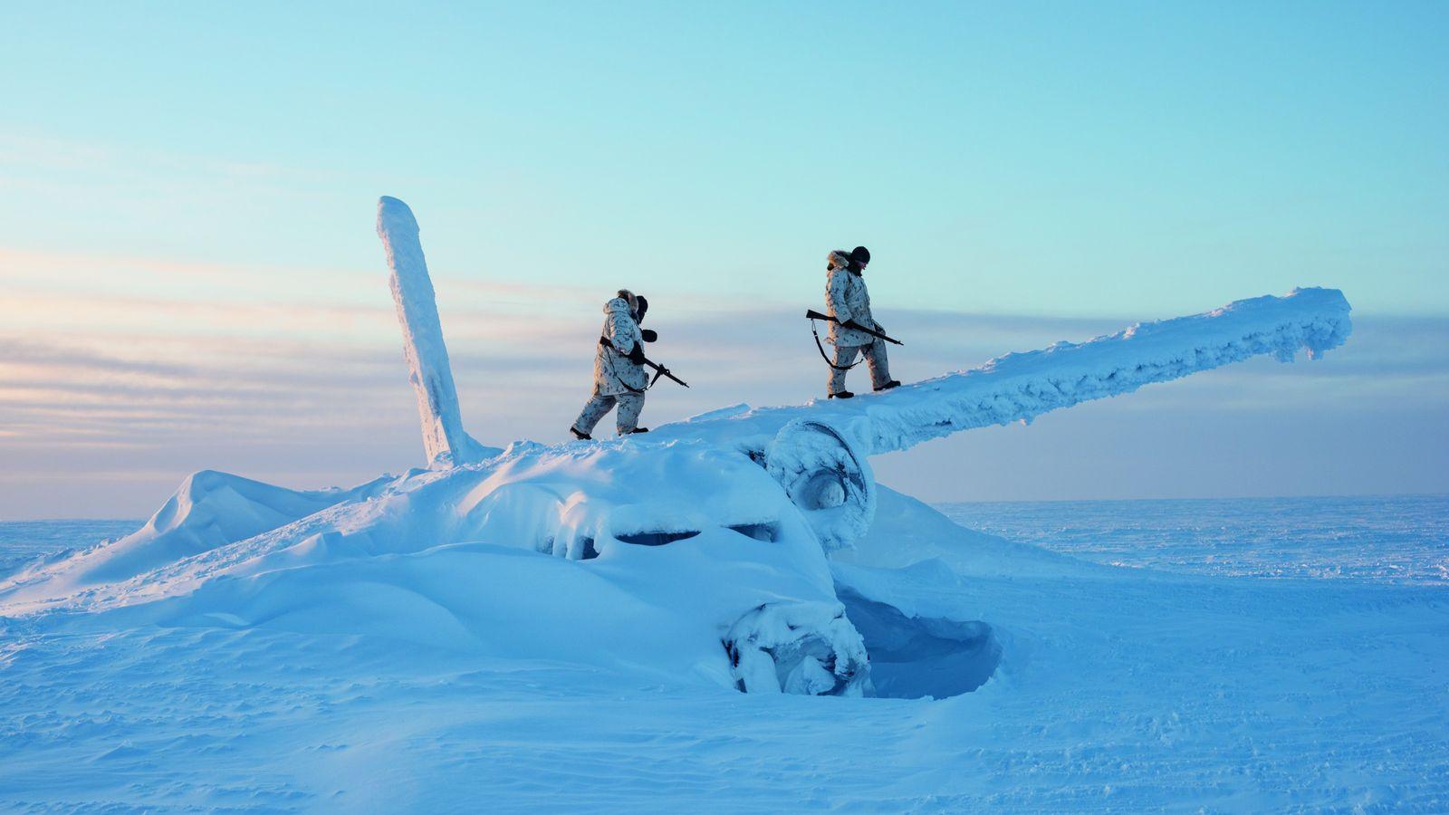 Lors d'un entraînement de survie, des soldats canadiens montent sur l'épave d'un avion, àenviron 1 600km ...
