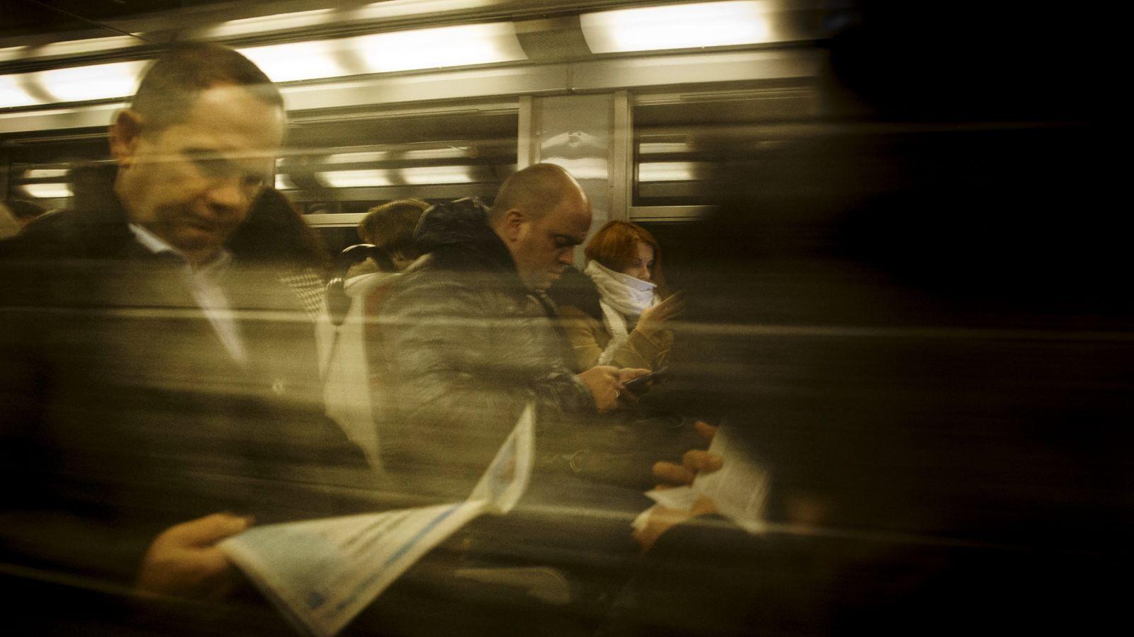Journal, livre, smartphone... autant de supports permettant d'agrémenter les trajets d'usagers du RER C.