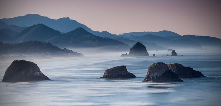 L'une des vues les plus célèbres de l'Oregon : les rochers émergeant de la brume de ...