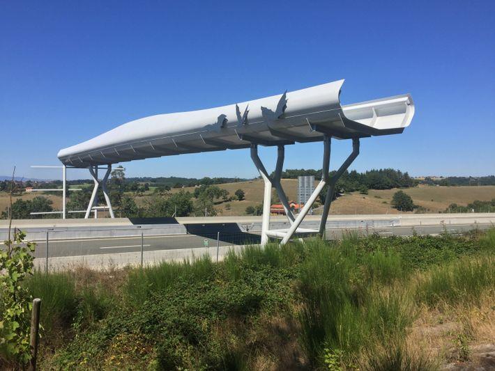Ce chiroptéroduc a été disposé ainsi pour joindre un corridor écologique coupé en deux par l'autoroute ...