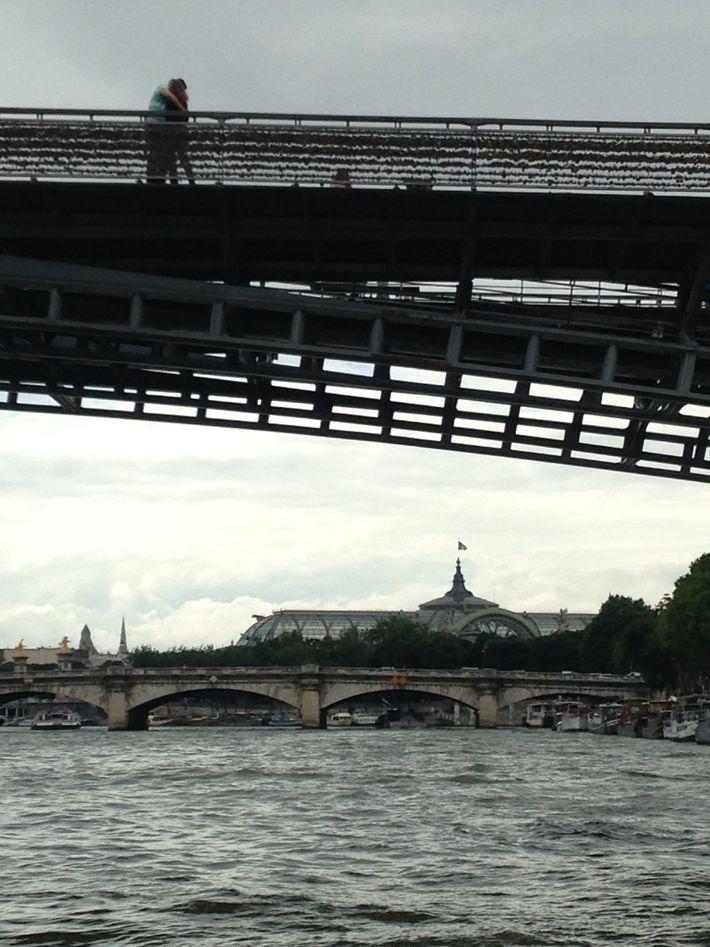 """Paris, photo de Martin Renard. """"Les promesses des amants de passage à Paris se scellent sur ..."""