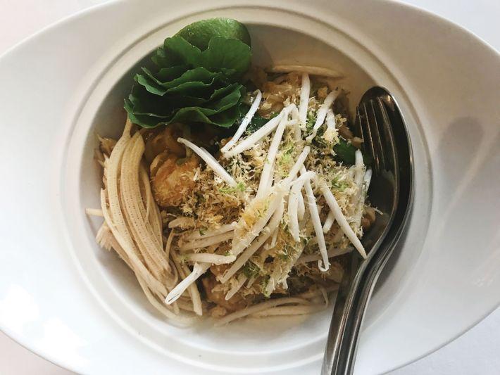 Nouilles de la province de Chanthaburi au crabe bleu, pâte de curry et lait de coco.
