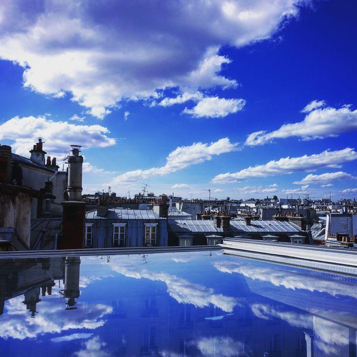 """Paris, photo de Nicolas Daoust. Depuis la Tour de Jean-sans-Peur, dans le 2ème arrondissement. """"Nuages, reflets ..."""