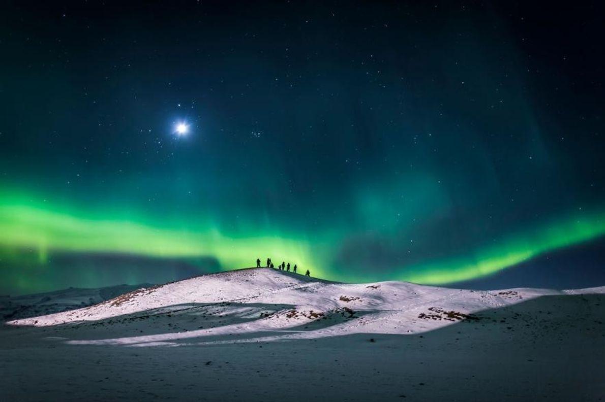 Des visiteurs contemplent les lumières du Nord à l'orée du Parc national de Vatnajökull.