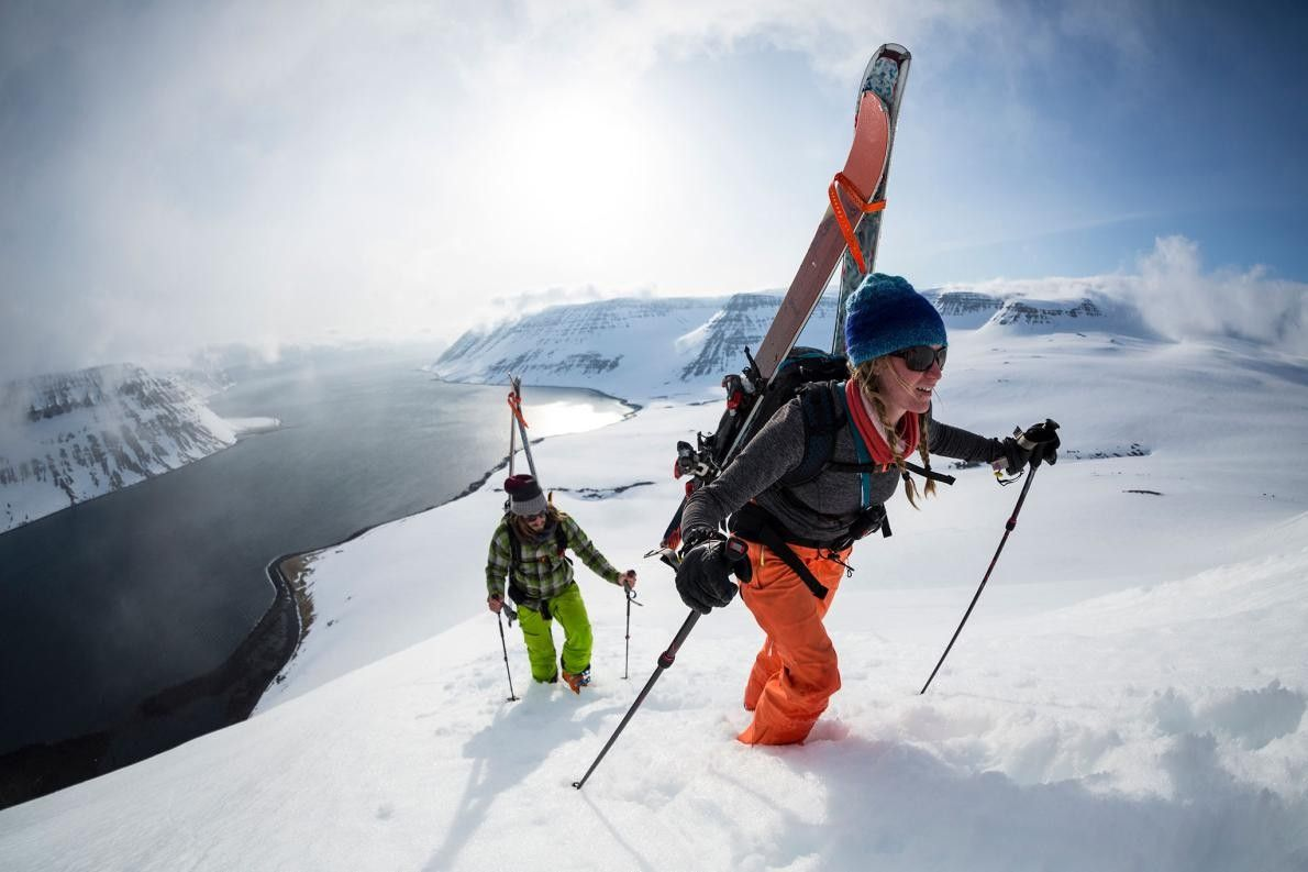 Deux skieurs traversent les pistes des Fjords de l'Ouest. La région permet aux visiteurs des activités ...