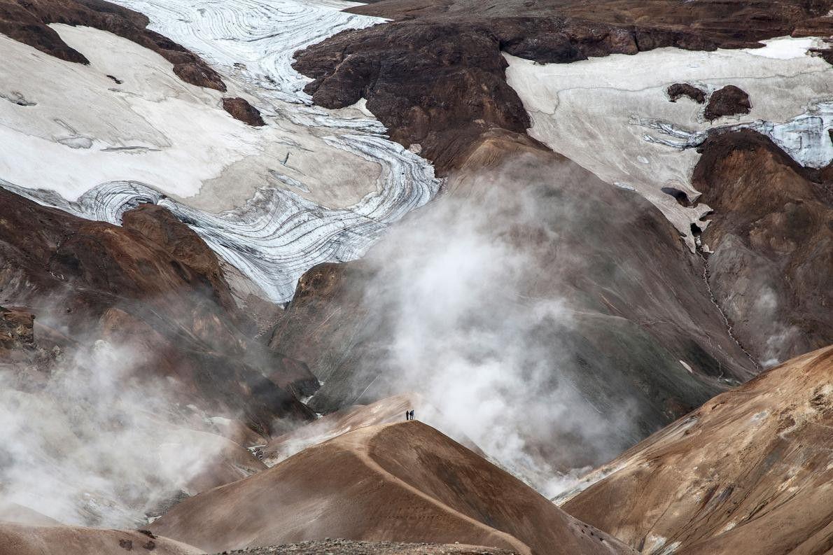 Le brouillard se lève sur le paysage géothermal du massif de Kerlingarfjöll, en Islande.