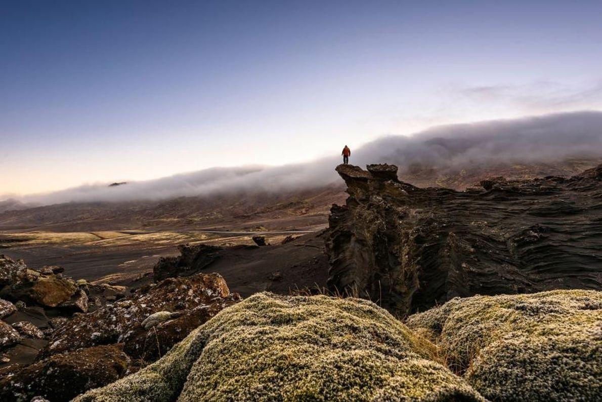 Un homme se tient au bord du vide près du lac Kleifarvatn, le plus grand de ...