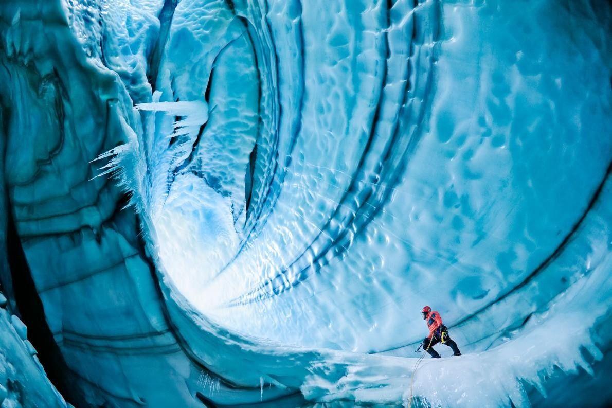 Un grimpeur reprend son souffle sous la surface du glacier Langjökull. Les cavernes de glace sont ...