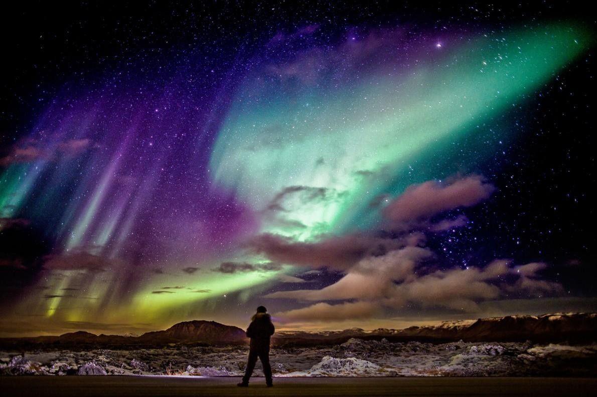Un astronome observe les aurores boréales sur la péninsule de Reykjanes. La région, située dans le ...