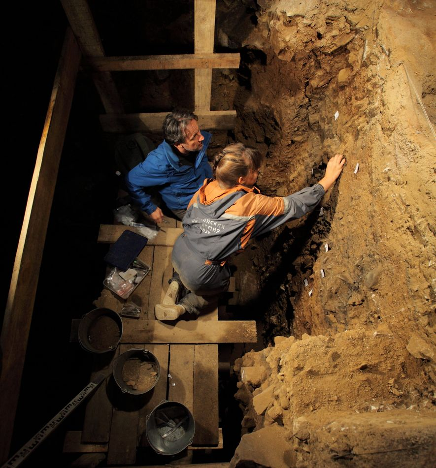 Natalia Belousova (Académie des sciences de Russie) et Tom Higham (université d'Oxford) prélèvent des échantillons dans la grande salle de la grotte de Denisova.