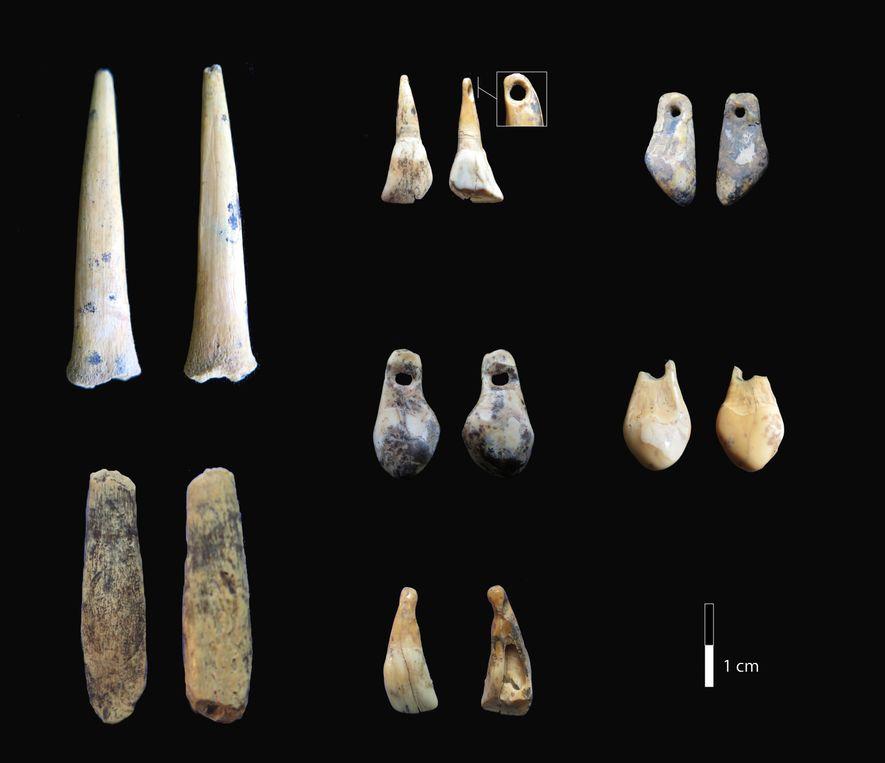 Ayant moins de 50 000 ans, ces pointes osseuses et pendentifs de dents percées, situés dans les premières couches du paléolithique supérieur (entre 45 000 et 12 000 ans avant le présent) de la grotte de Denisova ont été analysés au carbone 14. Résultat : ces objets dateraient de 49 000 à 43 000 ans.