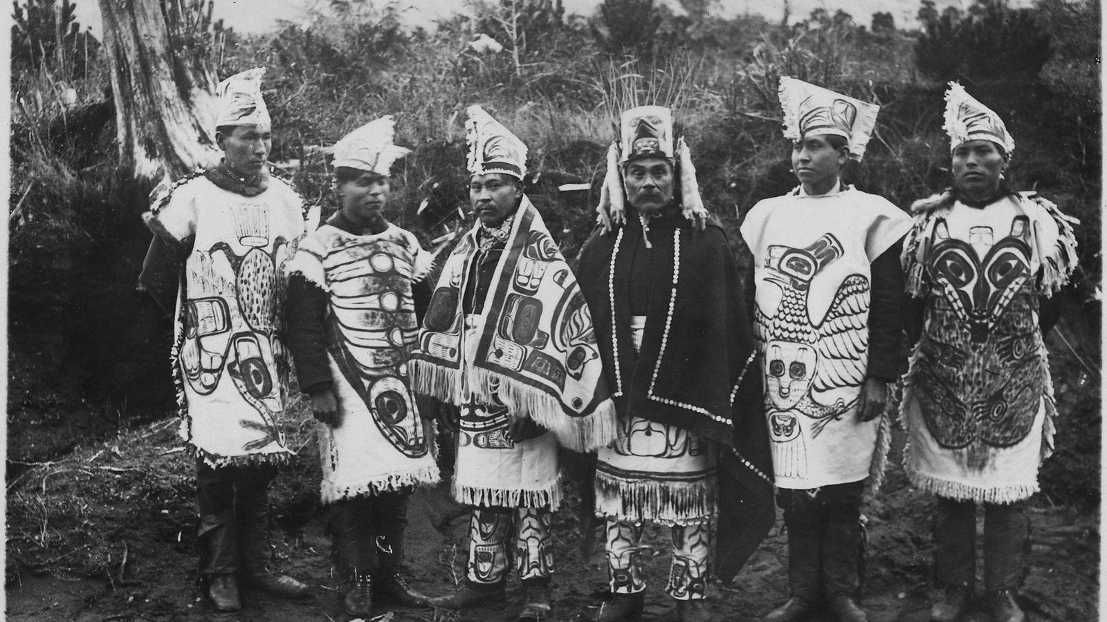 Photographie datant du XIXe siècle de membres du groupe Tsimshian en tenue de cérémonie, à Metlakatla ...